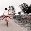 骑着自行车